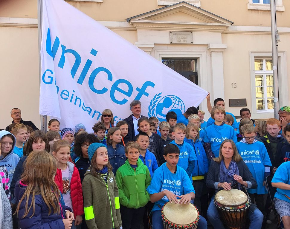 Weltkindertag 2019: UNICEF–Flagge hissen in Karlsruhe