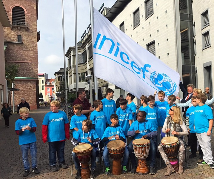 UNICEF- Fahnehissen mit OB Mentrup am Weltkindertag