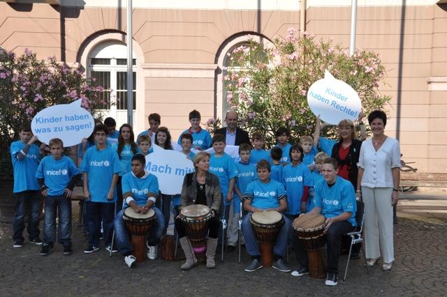 Weltkindertag 2011: Flagge für UNICEF vor dem Karlsruher Rathaus