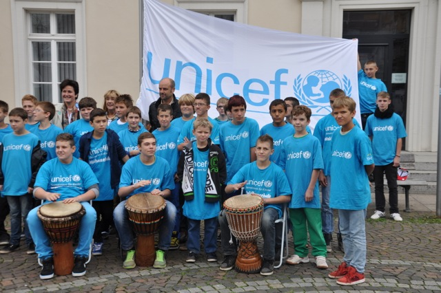 Weltkindertag 2013: Waldhausschüler hissen in Karlsruhe die UNICEF -Fahne