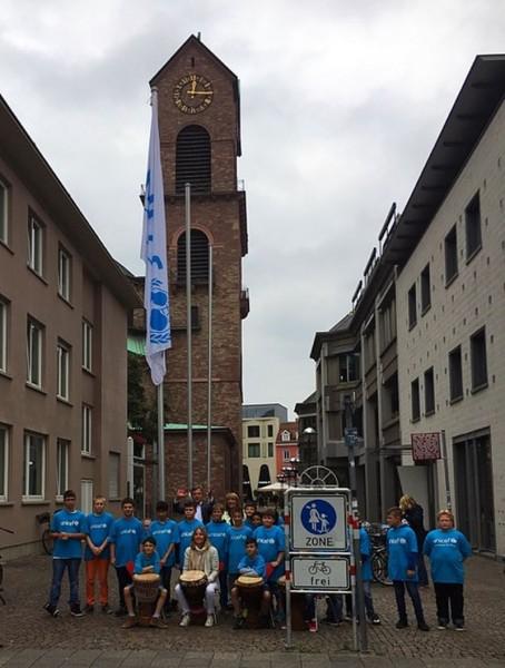 OB Dr. Mentrup hisst UNICEF- Flagge mit Waldhausschülern