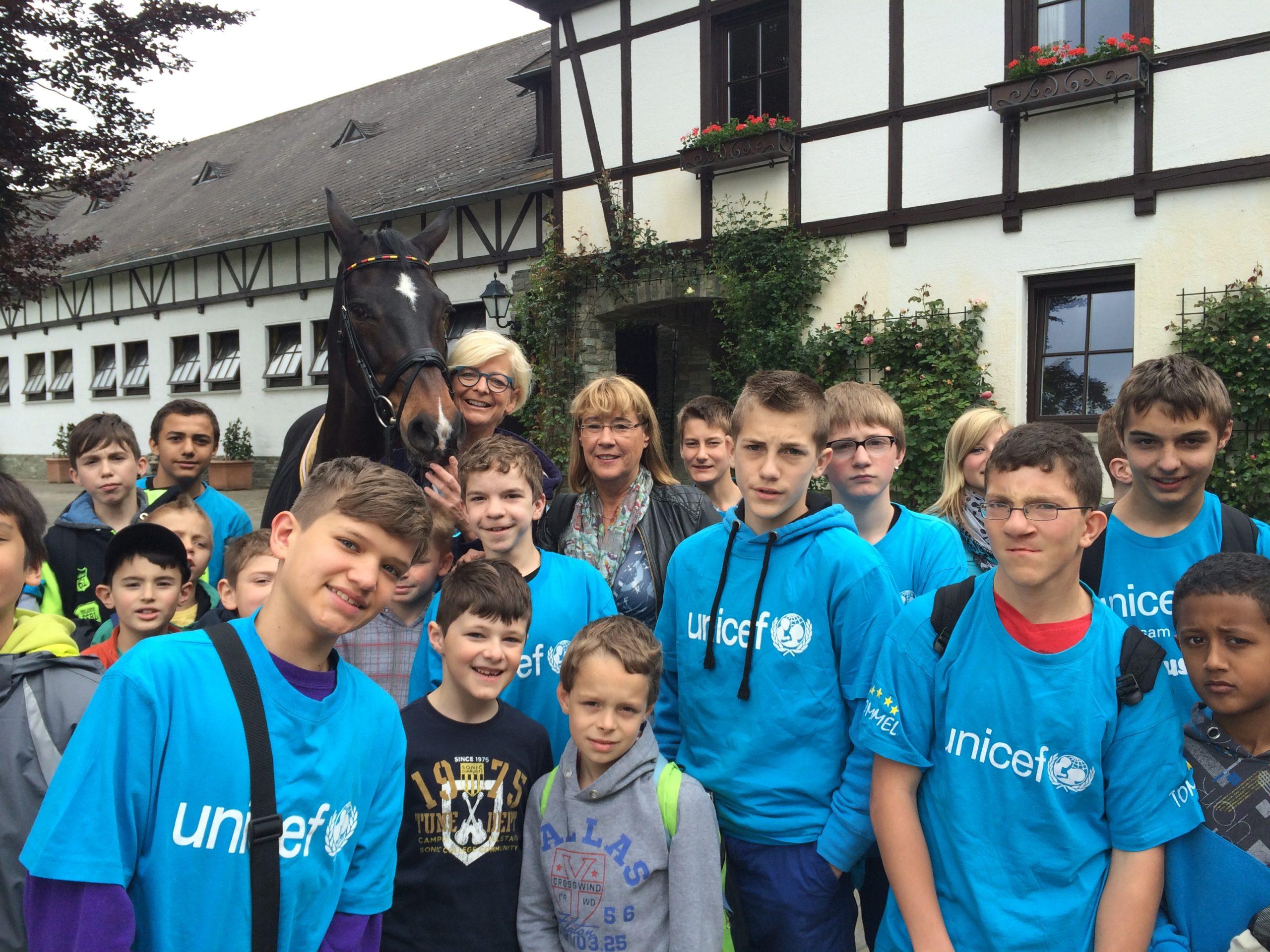 Waldhausschule löst JuniorBotschafterpreis auf dem Schafhof ein