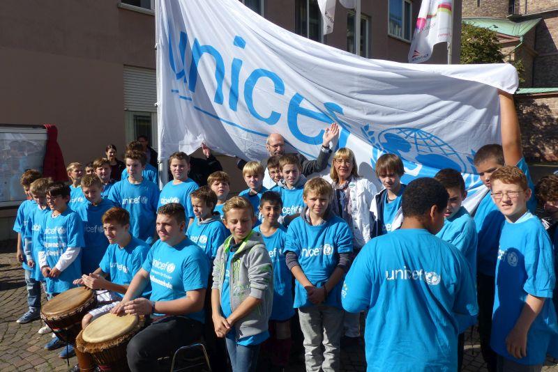 """Fahnehissen für UNICEF- """"Kinder willkommen""""!"""