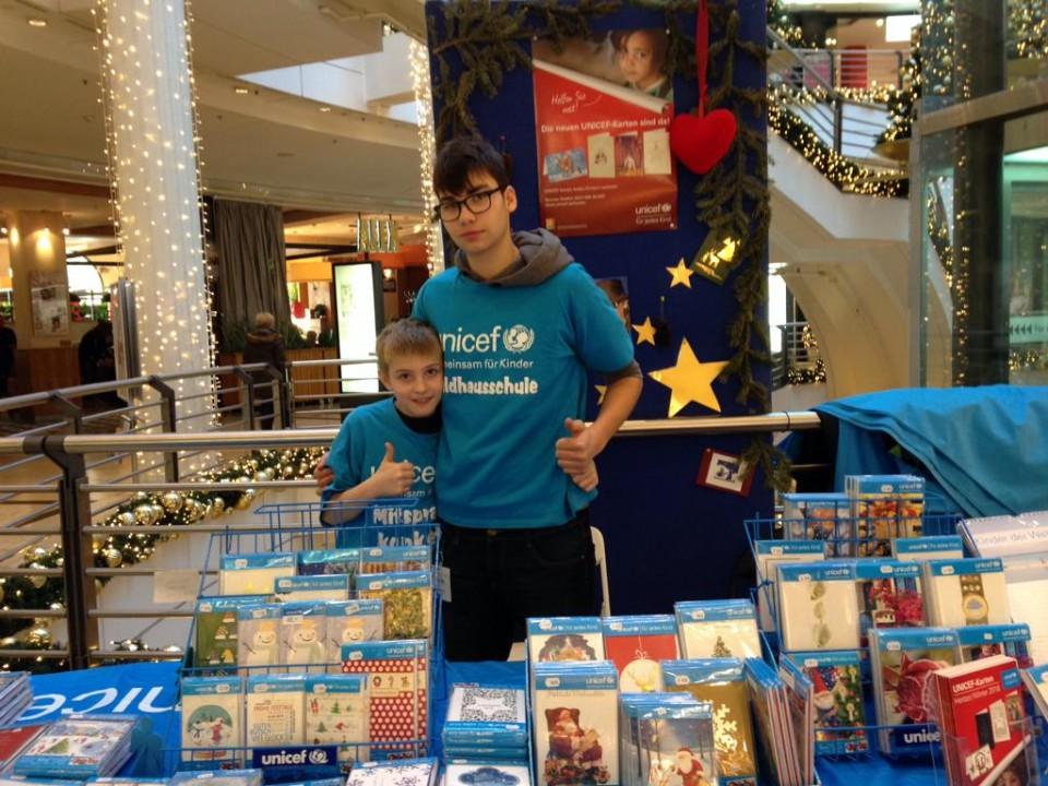 Waldhausschule unterstützt UNICEF Grußkartenverkauf