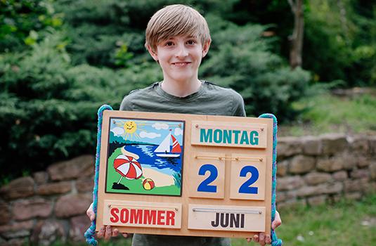 Junge hält einen Kalender
